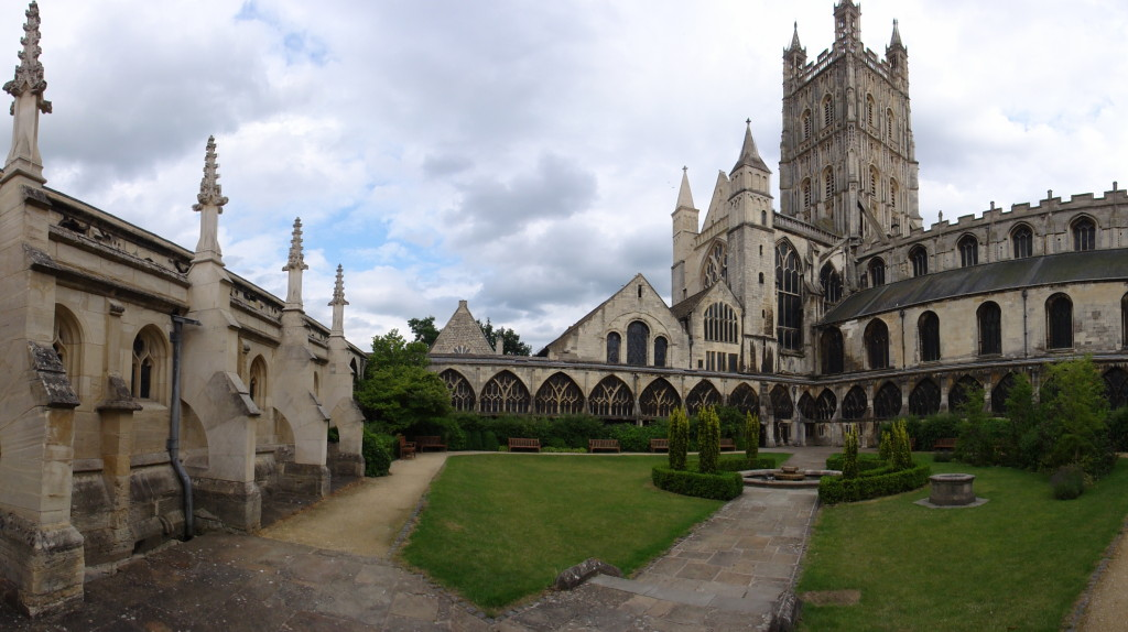 Gloucester_Cathedral_courtyard